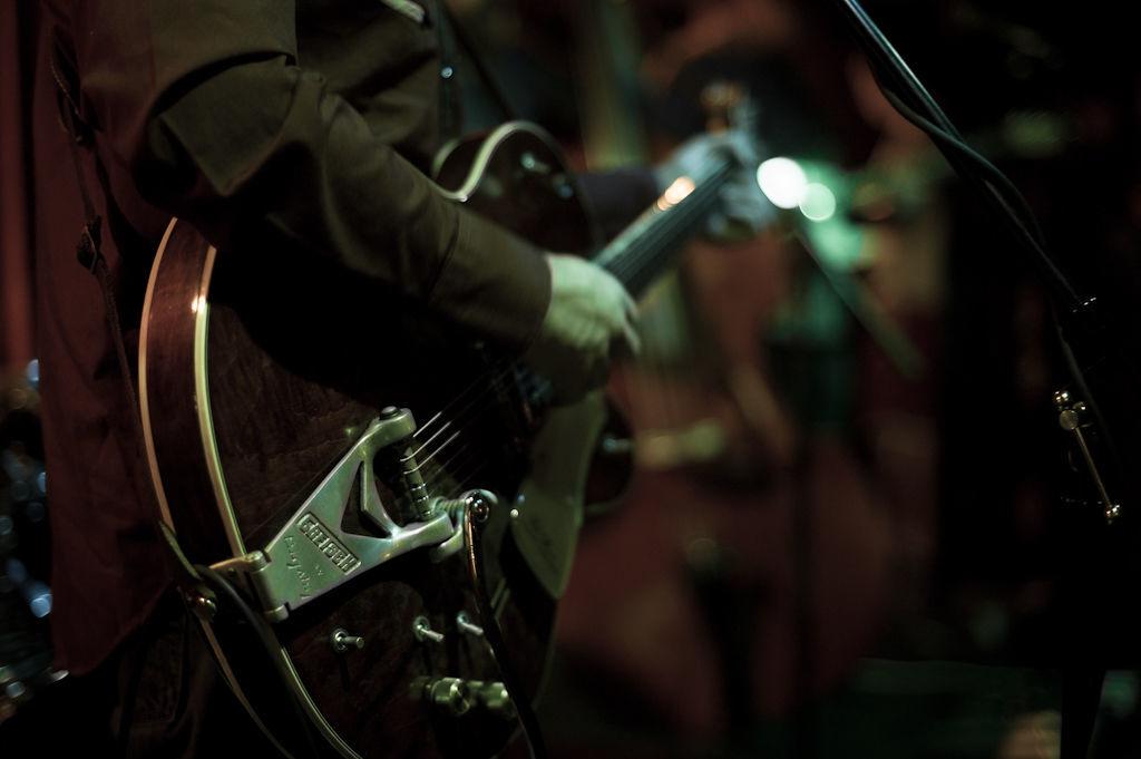 Пара советов по концертной фотосъёмке: http://www.takefoto.ru/articles/teoriya_fotografii/987_para_sovetov_po_kontsertnoy_fotosymke